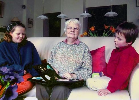 Hildegard met haar kleinkinderen en het zelf geillustreerde boek op de bank